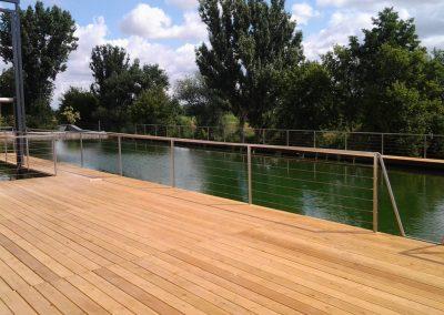 Drevená terasa nad jazerom